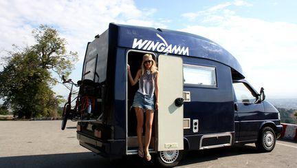 Dana Rogoz, frumoasă îmbrăcată hippie. Îţi place cum îi stă?