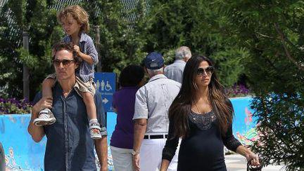 Familist convins! Matthew McConaughey, cu soţia şi copiii la plimbare!