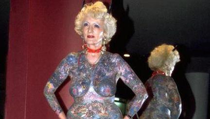 ABSOLUT ŞOCANT: Uite cum arată cea mai tatuată pensionară perversă din lume!