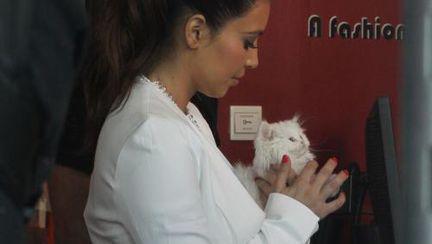 Ce dulce! Kim Kardashian are un accesoriu… viu asortat la ţinută!
