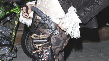 Ce nebunie! Un star internaţional poartă cuţitul la pantaloni