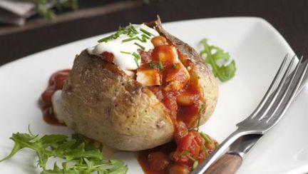 REŢETE: Cartofi umpluţi cu pui şi gogoşari