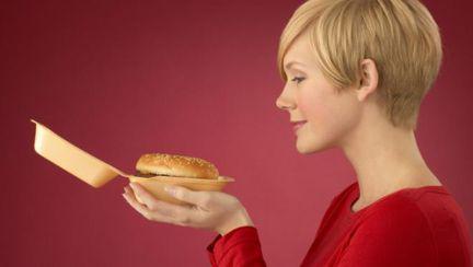 Tu mănânci de foame sau de stress? Vezi cum faci diferenţa!