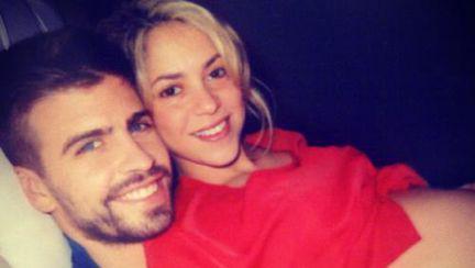 Poze: Shakira, Pique şi burtica pe Facebook