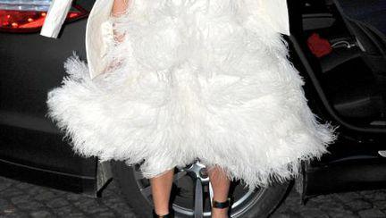 Ghiceşte vedeta: Cine a ieşit la shopping într-o rochie albă pufoasă