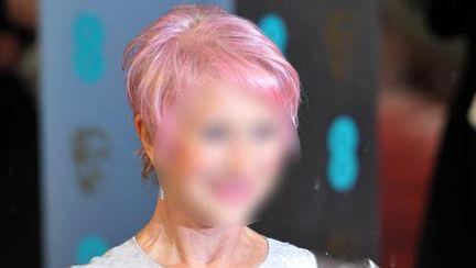 Ghiceşte vedeta: Cine şi-a făcut părul roz la 67 de ani?