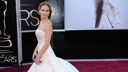 Oscar 2013: Jennifer Lawrence, superbă, dar… împiedicată