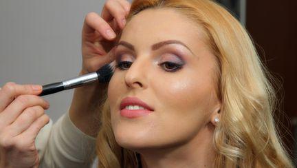 TUTORIAL FOTO: Cum să-ţi faci repede un machiaj de zi cu produse cosmetice bio