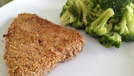 Reţetă pentru cină: Ton în crustă de seminţe de susan