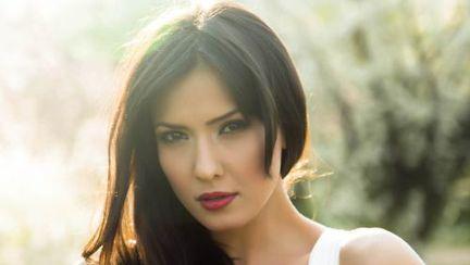Poze: Alexandra Bădoi, şedinţă foto în rochie de mireasă