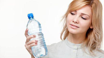 Femeia care bea 25 de litri de apă pe zi poate muri. Află de ce!