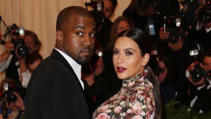 Hot or not? Uite ce rochie ciudată, plină de flori, a purtat Kim Kardashian!