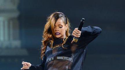 Şoc: Rihanna a inventat pantalonii-tanga