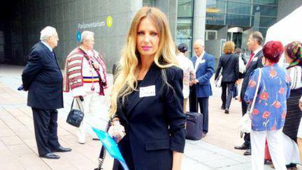 Poze: Uite ce bine arată Andreea Bănică în ţinută business