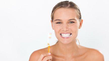 Igiena orală te scapă de carii dentare şi durere de dinţi