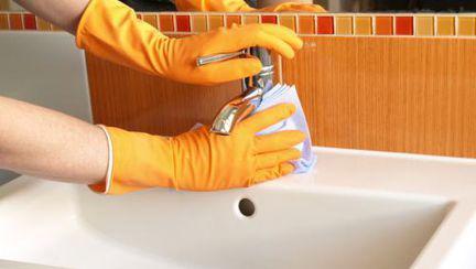 Cum să cureţi baia în doar 15 minute