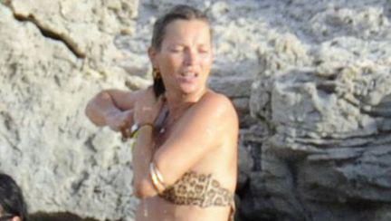 Kate Moss, topless pe plajă. Uite ce rău arată!