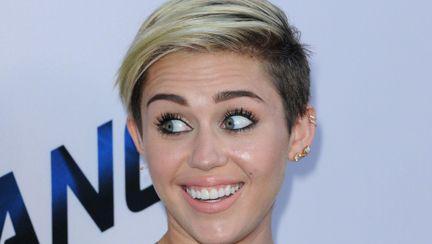 Miley Cyrus într-o rochie din piele foarte chic. Îţi place?