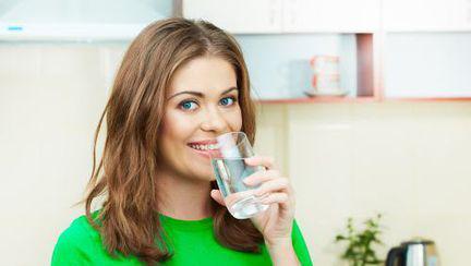 Bea apă sărată dimineaţa ca să-ţi detoxifiezi colonul!