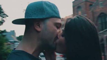 În prag de divorţ, Alina Puşcaş sărută un alt bărbat