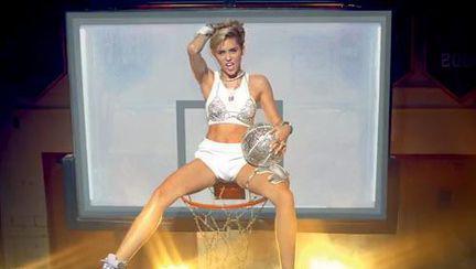 Miley Cyrus sau Hannah Montana pentru adulţi