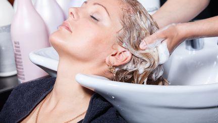 Cum să îţi hidratezi părul şi scalpul în 5 paşi