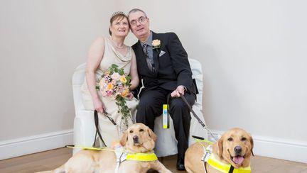 Doi nevăzători s-au căsătorit, după ce câinii lor s-au îndrăgostit! Video
