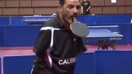Nimic nu e imposibil. Vezi cum joacă ping pong fără mâini