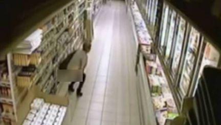 O femeie şi-a făcut nevoile într-un supermarket, printre rafturi! Imaginile surprinse de camere fac înconjurul lumii | VIDEO