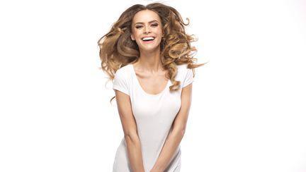 Cinci moduri chic în care poți purta tricoul alb