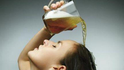 Cum să-ţi faci un balsam cu bere pentru un păr minunat