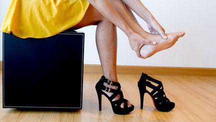 Ce faci când te strâng pantofii. Soluții eficiente