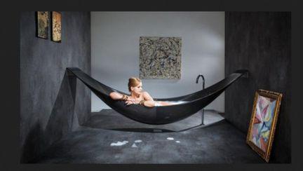 Ai face baie într-un hamac? Vezi cât costă ciudăţenia