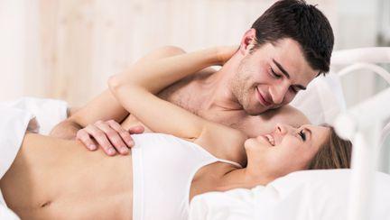 Cum se comportă în pat un bărbat care te iubeşte