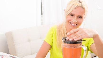 Femeie blender suc natural