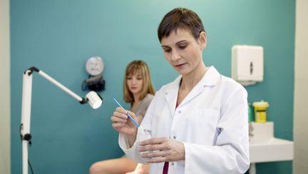 femeie la ginecolog