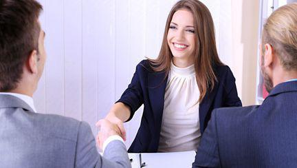 femeie la interviu angajare