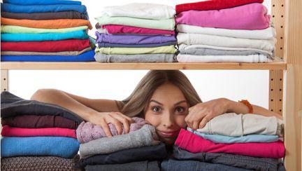 femeie dulap haine