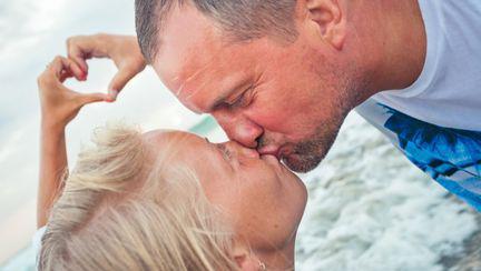 cuplu sarutandu-se