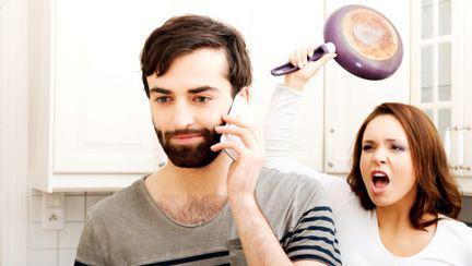 barbat vorbind telefon femeie tigaie furioasa