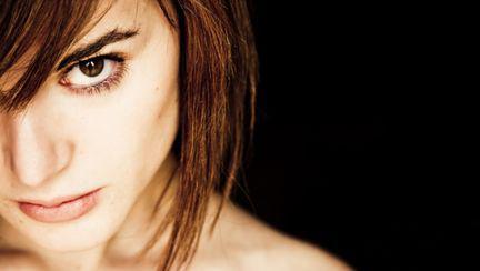 femeie privire intensa