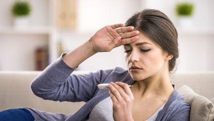 femeie cu febra mare