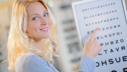 femeie la oftalmolog