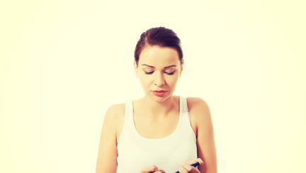 femeie care isi masoara glicemia