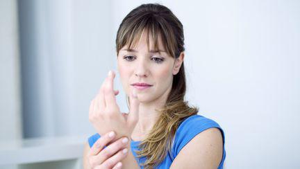 femeie cu durere de articulatii