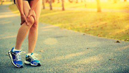 femeie cu durere de genunchi