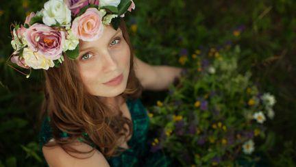 femeie cu flori in par
