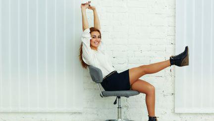 femeie pe scaun de birou