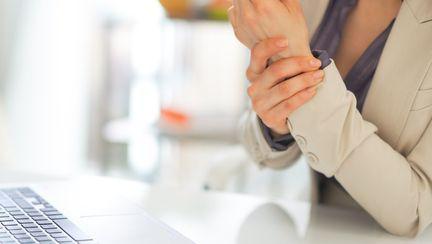 femeie cu dureri articulare