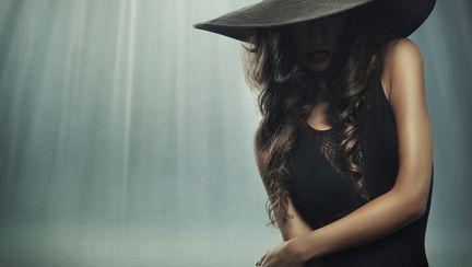 femeie in negru